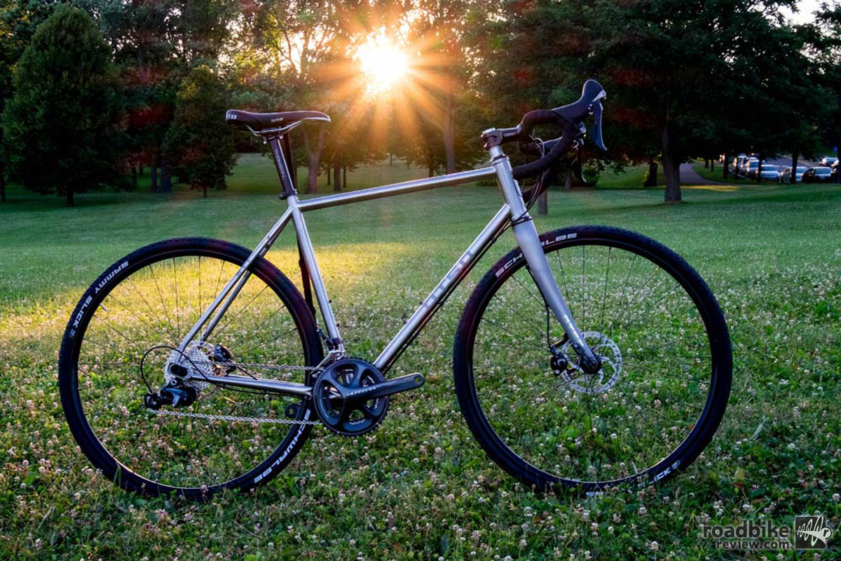 A stainless steel frame is combined with the Otso Tuning Chip system, carbon fiber fork, disc brakes and through axles.