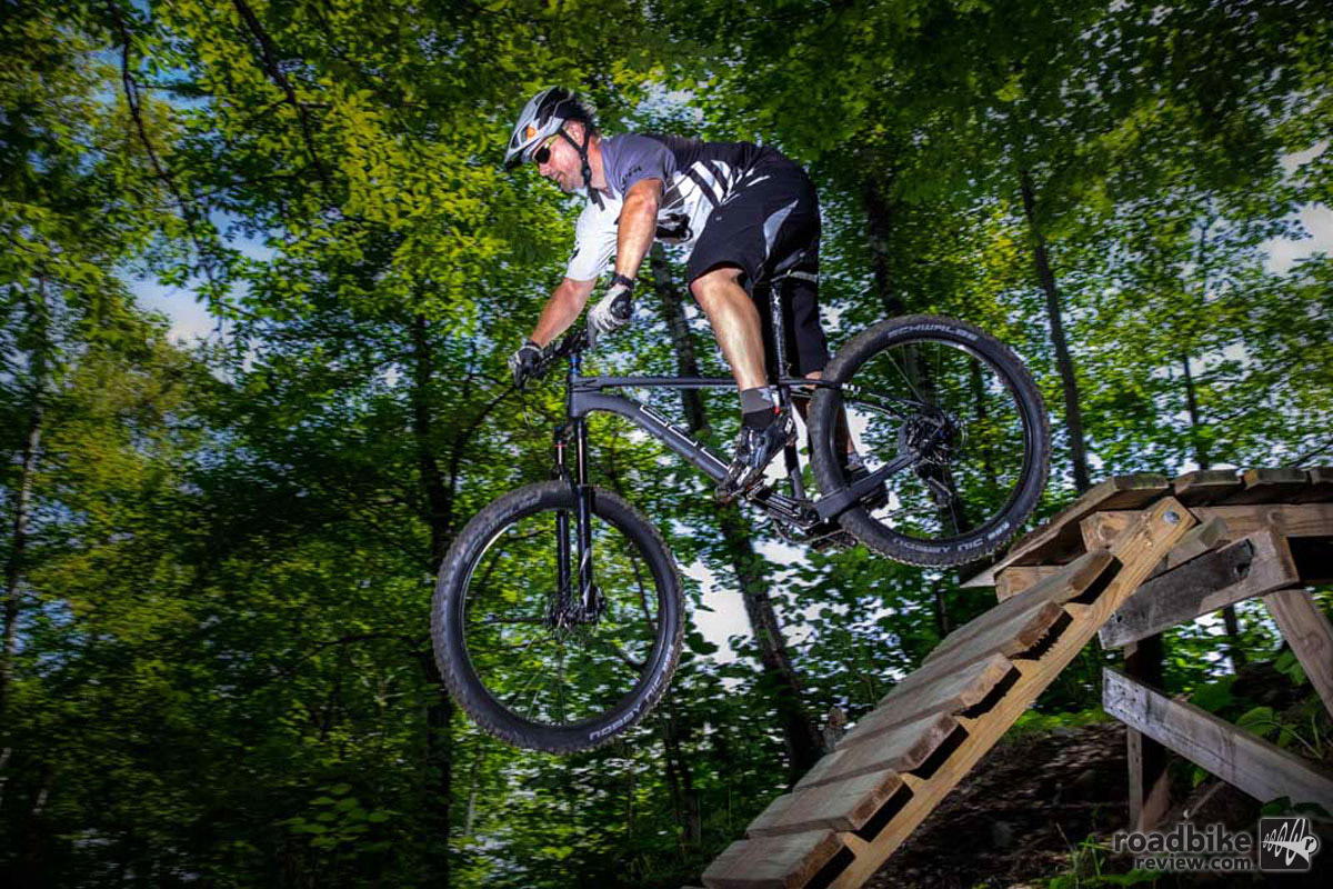 Voytek is a carbon fiber hardtail mountain bike designed around the Otso Plus-Fat concept with its narrow Q-factor.