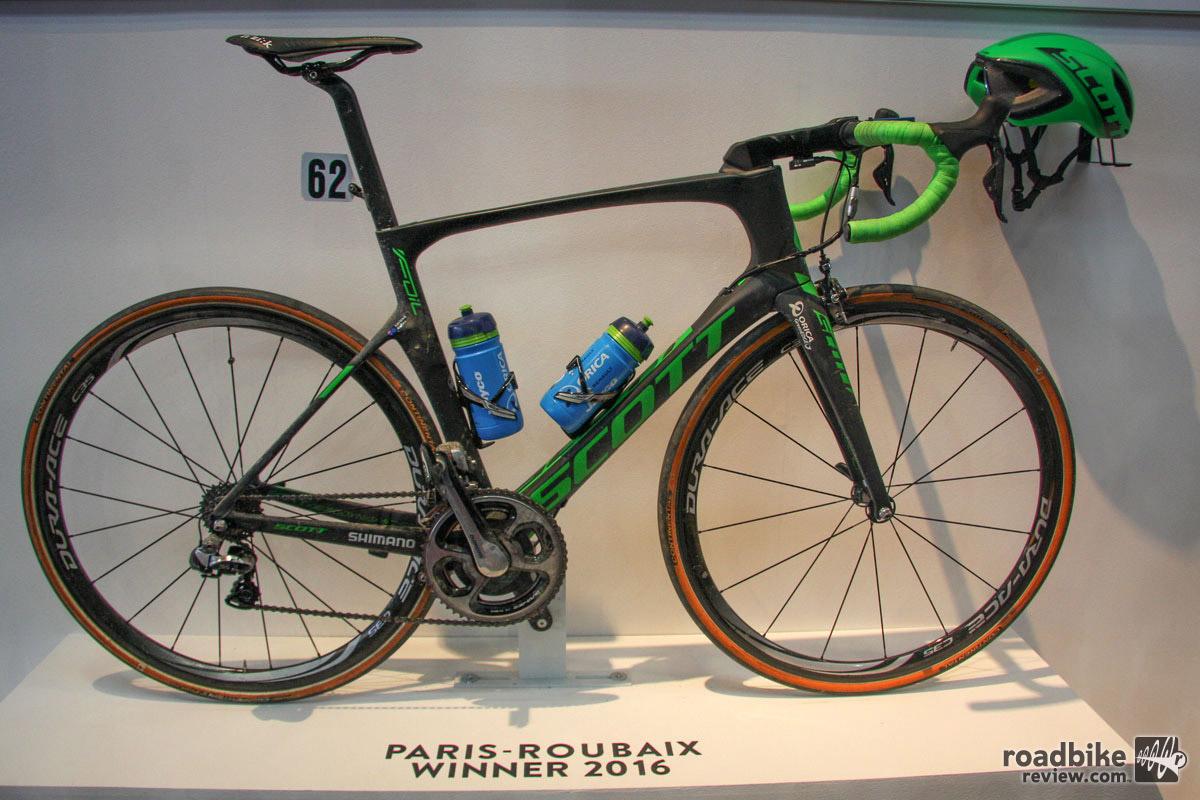 One more race winning rig from Scott, this is Matthew Hayman's Paris Roubaix-conquering Foil aero road bike.