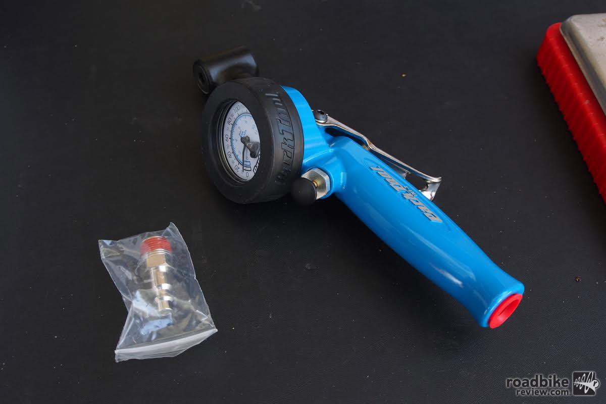 The built in pressure gauge reads 0-160 psi, 0-11 bars.