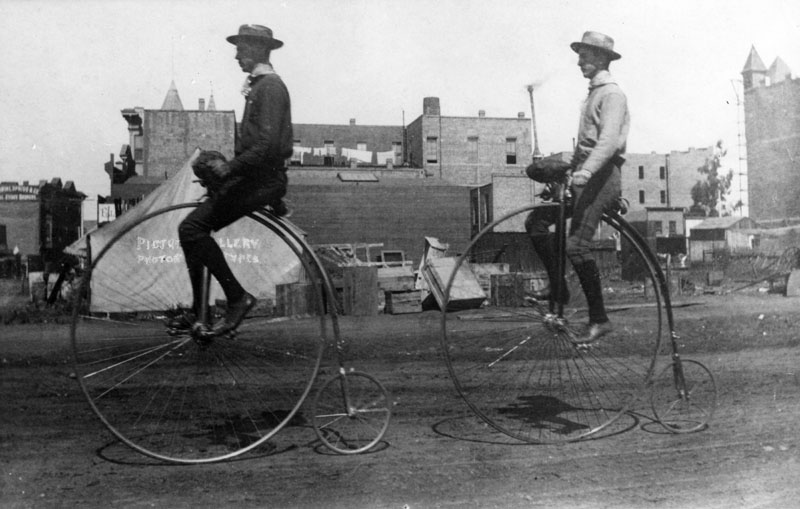 Chainless bike-pennyfarthing-1886.jpg