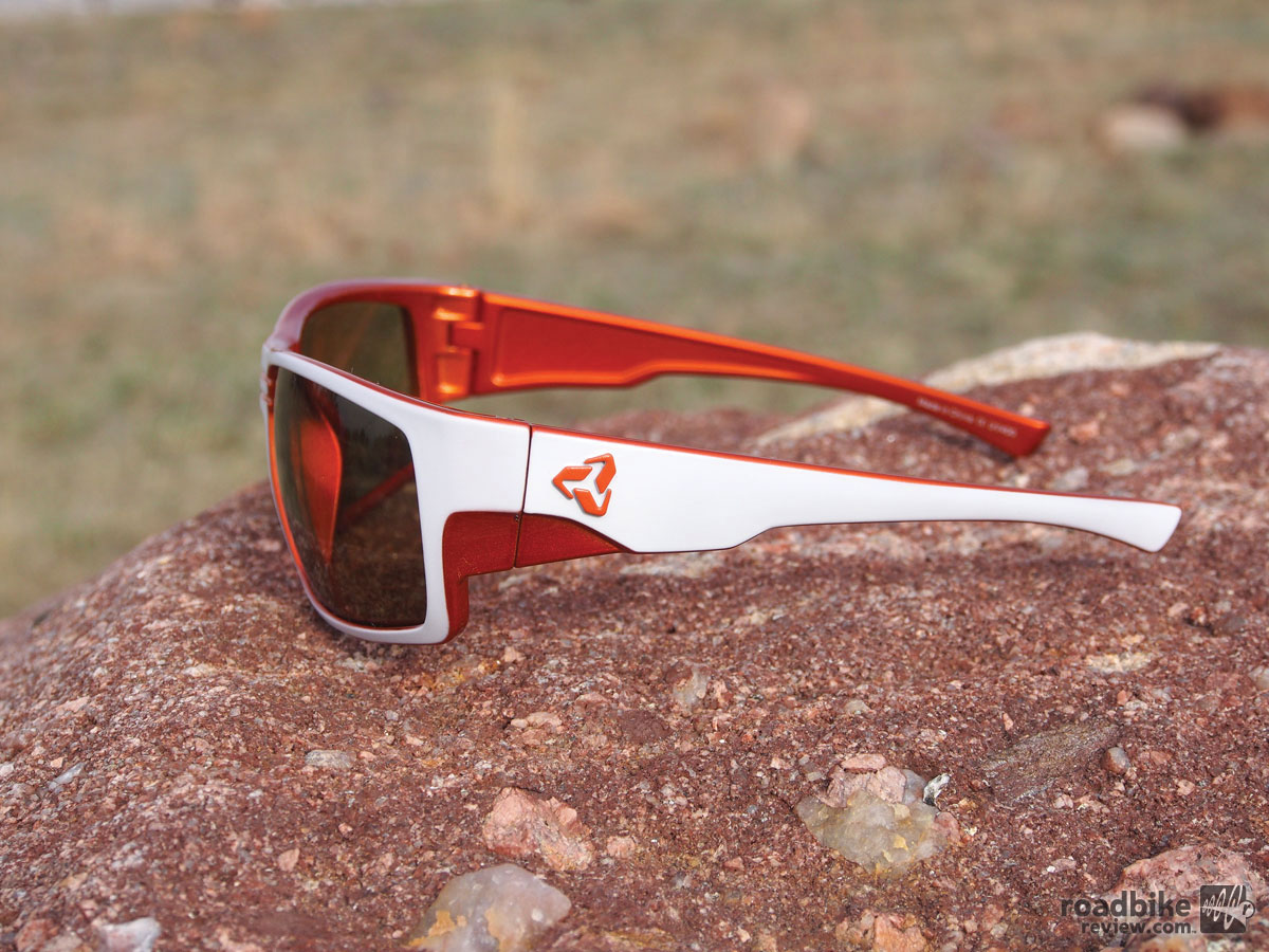 Available frame colors include matte white with orange.