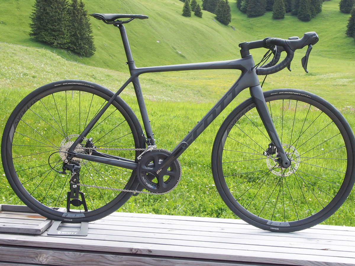 The racer on a budget can choose the Addict 30 Disc with Shimano 105 drivetrain and Shimano alloy clincher wheels.
