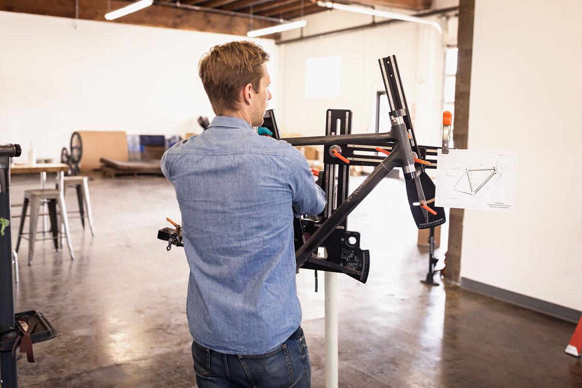 Farver created a lightweight climbing-friendly carbon fiber frame.
